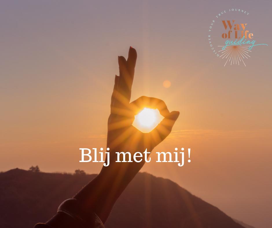 handgebaar dat het woord ok uitbeeldt met in het midden een stralende zon bij blog over het krijgen van meer zelfvertrouwen
