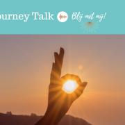 Handgebaar wat het woord ok uitbeeldt met in het midden een stralende zon als afbeelding bij blog over hoe krijg ik meer zelfvertrouwen